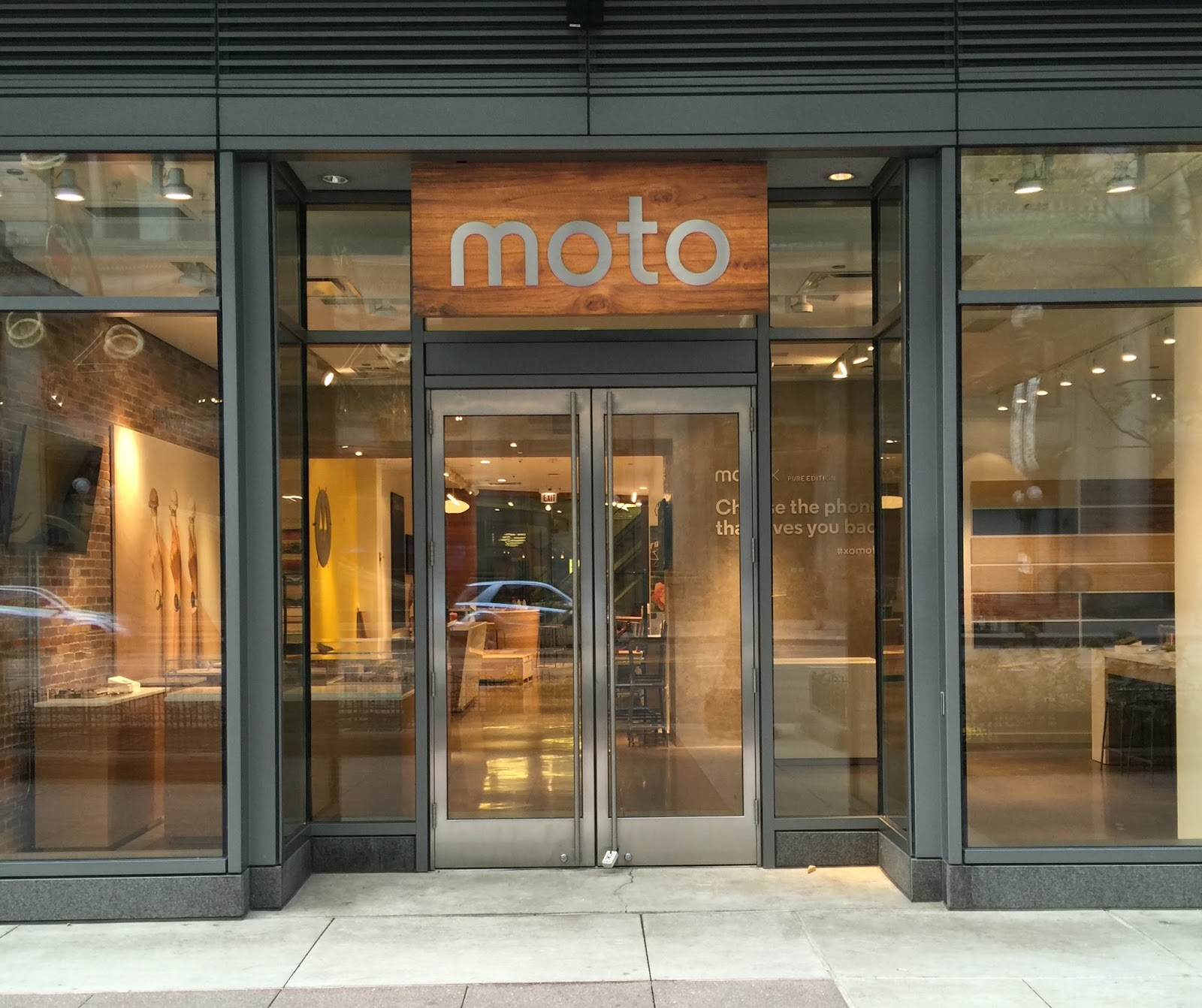 motorola opening up its own storefront in chicago for the holiday