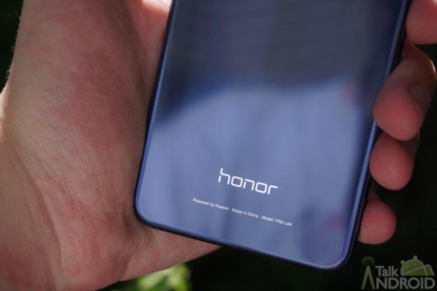 honor_8_back_logo_closeup_TA