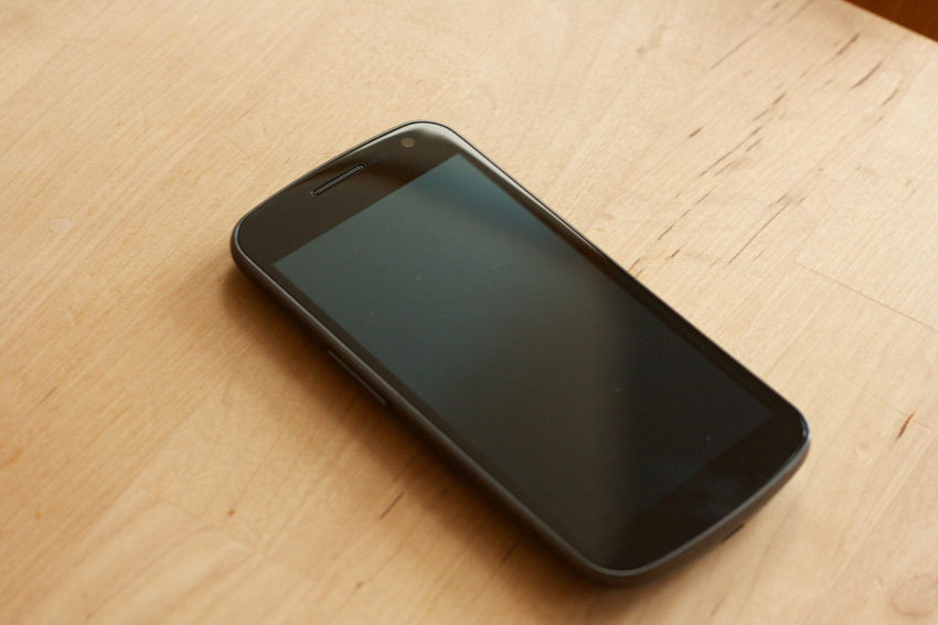 samsung_galaxy_nexus_off_on_table