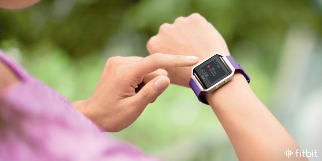 fitbit_blaze_plum_wrist